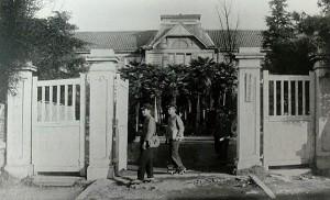 旧制愛知県立第五中学校の正門と本館