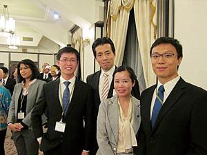 福田達夫衆議院議員と写真撮影するLKYの学生